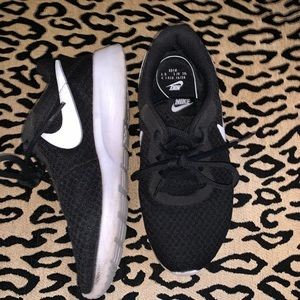 NIKE || black and white running shoes siZe 6